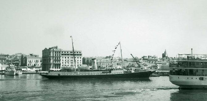 L' HELIOPOLIS. A appartenu au Kaiser Guillaume. Le capitaine, à la retraite, a commandé le Queen Mary. Une féerie pour Goldie qui avait le pied marin. Mais trop long pour sa largeur il tanguait beaucoup...