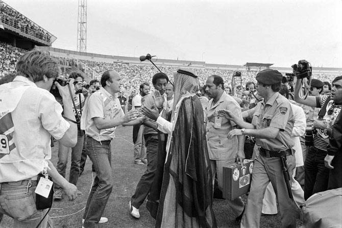 VALLADOLID, STADE JOSE ZORRILLA, ESPAGNE. COUPE DU MONDE DE FOOTBALL 21 JUIN 1982 LE SHEIKH ORDONNE à L'ARBITRE D'ANNULER LE BUT MARQUE PAR ALAIN GIRESSE !! ?? LE RUSSE STUPAR MIROSLAV  REFUSERA EN TOUT 5 BUTS  à LA FRANCE. IL SERA RADIE à VIE PAR LA FIFA