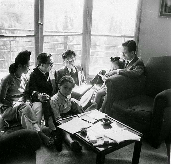 1946. VANVES. g. à dte. LE THI LUU, MAI TRUNG THU, X..., LE JEUNE MICHEL VU et SA PETITE SOEUR YANNICK VU SUR LES GENOUX  DE VU CAO DAM. C* YANNICK VU JAKOBER.