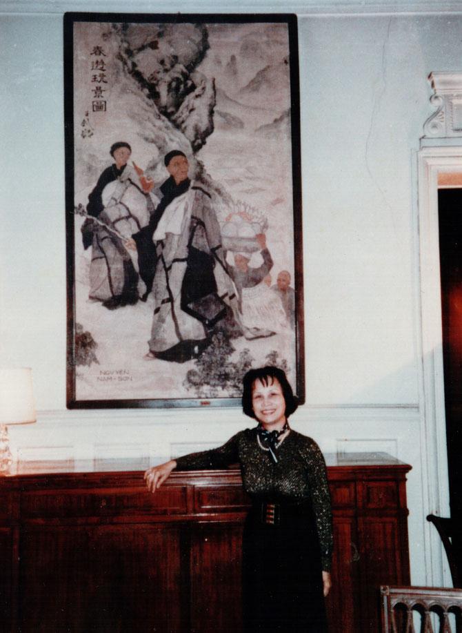 """1992. Mme NGUYÊT MINH, TANTE DE KIM KHÔI, CHEZ Mr. CHARLES LANNEGRACE, DEVANT LE """" PELERINAGE"""" DE NAM SON."""