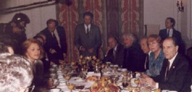 DENIS VIART (debout au fond, costume gris). SOFIA AMBASSADE DE FRANCE : LE CELEBRE PETIT DEJ' DU PT. FRANCOIS MITTERRAND JEUDI 19 JANVIER 1989 AVEC LES DISSIDENTS BULGARES. C* Institur François Mitterrand IFM. Hubert Védrine Président;