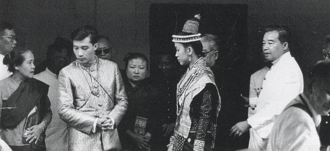 5 DECEMBRE 1963. JOUR ANNIVERSAIRE DE LA NAISSANCE DE SA MAJESTE LE ROI DE THAILANDE . LES JEUNES MARIES, LL.AA.RR. LE PCE MANGKRA et LA PCESSE OUANNA, APRES LA CEREMONIE, ENTOURES DES PARENTS ET DE LA FAMILLE.