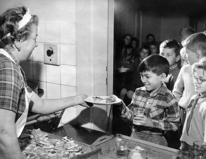 1962. LYCEE DE PRAGUE.  Le jeune SIHAMONI vient chercher son dessert à la cantine