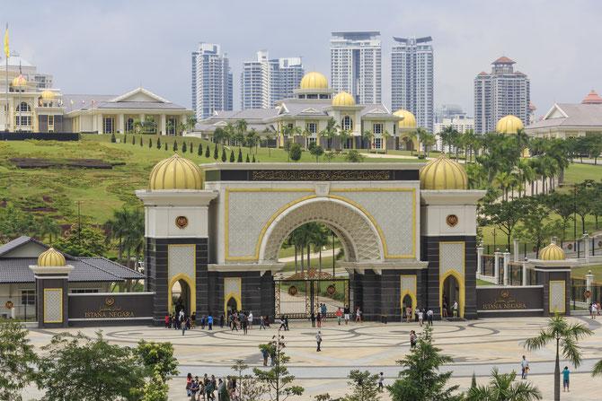 NEW ISTANA NEGARA à JALAN DUTA, DANS UN PARC DE 96,52Ha. A COÛTE 800 MILLIONS RM. INAUGURE EN 2011 PAR LE 14è ROI ELU DE MALAISIE, TUANKU ABDUL HALIM SULTAN DE KEDAH. C'est dans ce Palais que le nouveau Roi Mohammed Fares Petra reçevra Sa Majesté Salman