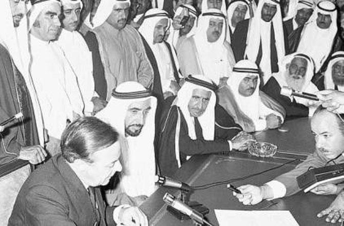 2 DECEMBRE 1971. MOHAMMED AL HABTOOR VIENT DE SOUFFLER SES 3 BOUGIES. CREATION DE LA FEDERATION DES EMIRATS ARABES UNIS.