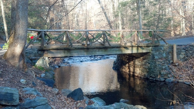 Le PONT DU CAVALIER SANS TÊTE enjambe                                                            POCANTICO RIVER, un petit ruisseau qui flâne à travers Sleepy Hollow, le Cimetière, la propriété des Rockefeller, avant de se jeter dans la HUDSON RIVER.