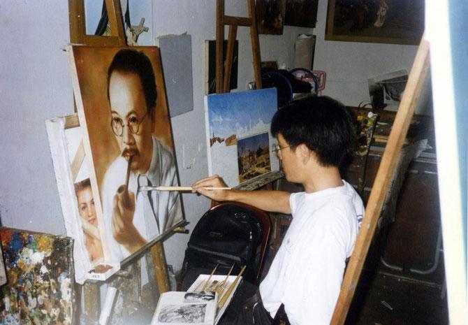 1997 SAIGON. KIM-KHÔI  FAISANT LE PORTRAIT DE SON GRAND-PERE NAM SON. C* N.K.K.