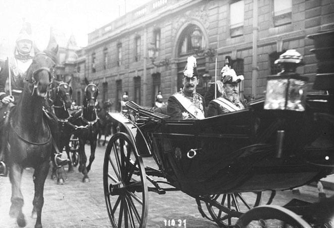 29 Juillet 1910. L'Ambassadeur d'Espagne Perez  Caballero quitte l'Elysée en calèche.  La moyenne d'âge a baissé mais je regrette quand même les calèches et les chevaux.