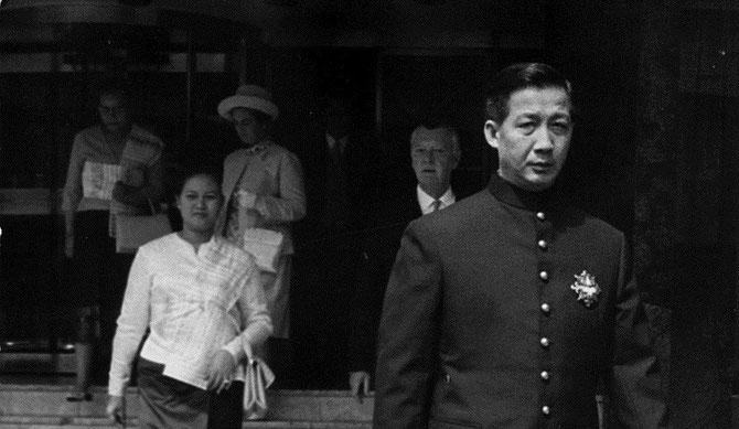 7 MAI 1970. S.A.R LE PRINCE HERITIER VONG SAVANG ET LA PRINCESSE MANILAY QUITTENT LE ROYAL GARDEN HOTEL DE KENGSINTON POUR UN LUNCH à BUCKINGHAM PALACE AVEC LA REINE.