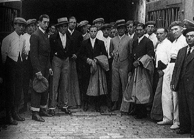 IRUN. 1er JUILLET 1942. Au centre PEPE LUIS VASQUEZ GARCES. A gauche (2è) MANOLETE QUI SERA TUE PAR LE TORO ISLERO DE MIURA. C* DE ARJONA