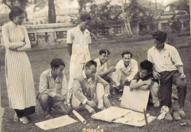 1955. LE PROFESSEUR NGUYÊN SAO AVEC SES ELEVES DE  DEUXIEME ANNEE à l'EXTERIEUR.