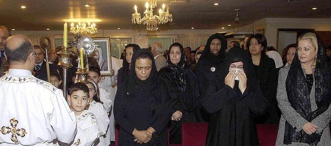 20  JANVIER 2006. EGLISE GRECQUE-CATHOLIQUE DE KOWEIT CITY. MESSE à LA MEMOIRE DE S.A. L'EMIR JABER III. De dte. à g. SHEIKHA PAULA MUBARAK AL-SABAH SA BELLE-FILLE AMERICAINE, SHEIKHA LATIFA SA NIECE, SHEIKHA FARIHA AL-AHMAD AL-SABAH SA SOEUR