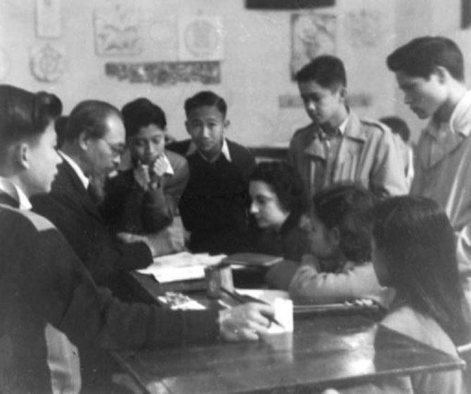 LE MAÎTRE NAM SON ENTOURE DE SES ELEVES DE SECONDE AU LYCEE ALBERT SARRAUT DE HANOI EN 1953. AVEC NOS VIFS REMERCIEMENTS AU PROFESSEUR DINH TRONG HIEU  ANTHROPOLOGUE ET ETHNOBOTANISTE CHARGE DE RECHERCHES CNRS