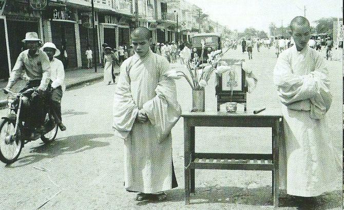 JUIN 1966. HUÊ. les moines boudhistes descendent les autels dans la rue. Extraite du Livre de Giao.