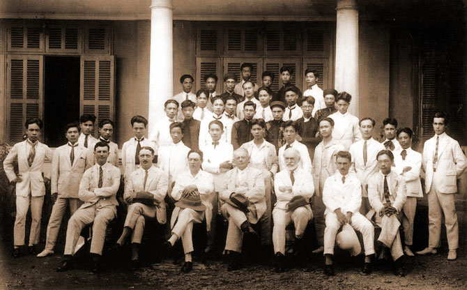 1926. L' E.S.B.A.I : LES ELEVES DEBOUT DERRIERE LEURS MAÎTRES. A DROITE NAM SON, ASSIS AU MÊME RANG DES PROFESSEURS. A DROITE AU 3è RANG, VU CAO DAM 18 ANS, SI JEUNE, SI FOUGUEUX. C* NGÔ KIM-KHÔI