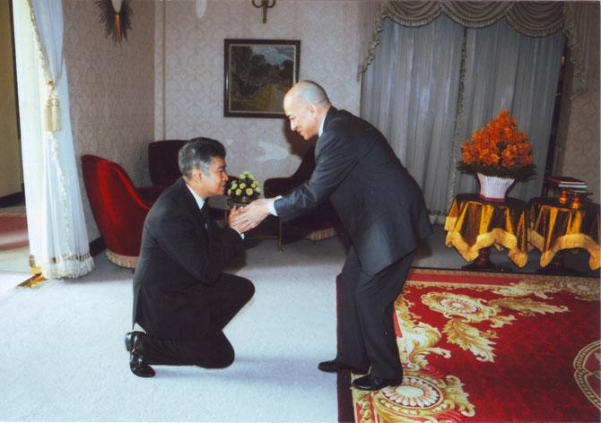 S.A.R.    le Prince SISOWATH  RAVIVADDHANA  MONIPONG  salue son Cousin le ROI. C* Archives royales.