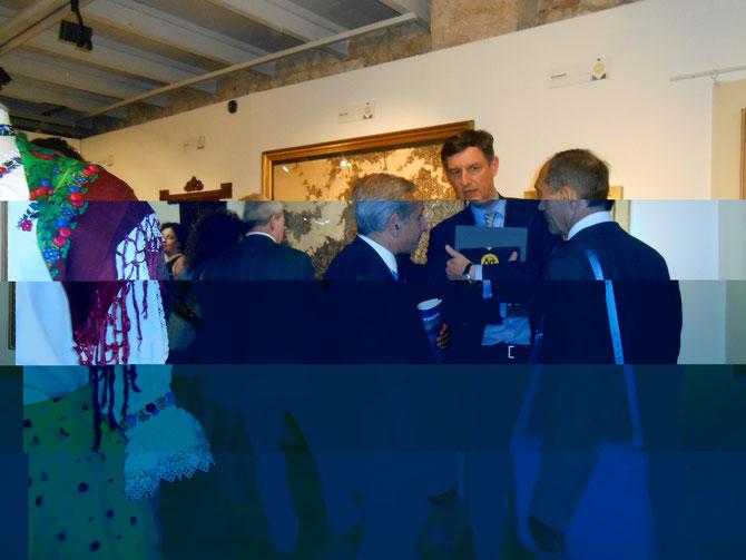 """DEVANT """"LES DAMNES"""" DU BULGARE ANDREY TODOROV KAMENOV, MR. DIDIER PARAKIAN, ADJ. AU MAIRE, DELEGUE à L'ECONOMIE  ET  LE MINISTRE ROUMAIN DE L'ECONOMIE COSTIN BORC.... MA LANTERNE MAGIQUE A CAPTE LES STRATES DE CE DIALOGUE AVEC L'INVISIBLE."""