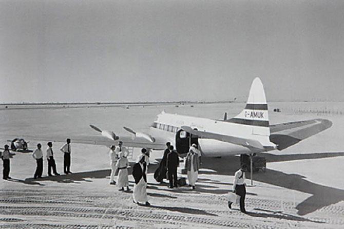 1970. LE DE HAVILLAND COMET - DH 114 HERON - .  LORSQUE  3 COMET  EXPLOSAIENT  EN PLEIN CIEL  J'AI PREFERE LA SOUTE DU BEVERLEY AVEC LES CHIENS BERGERS ALLEMANDS. I