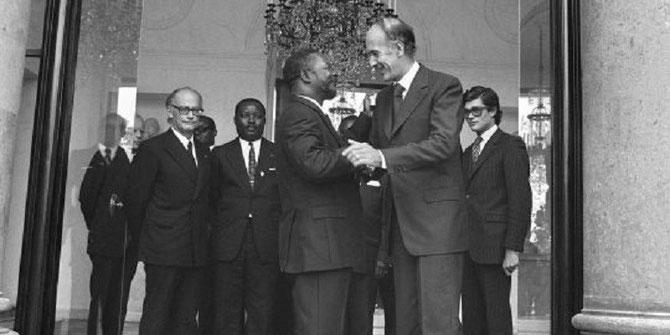 Le Président GISCARD D'ESTAING raccompagne l'Empereur  BOKASSA.
