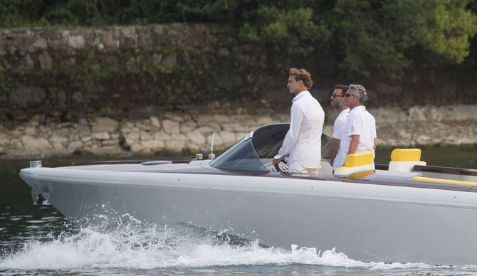 Pierre aussi se mue en chauffeur-pilote et fait la navette avec un hors-bord