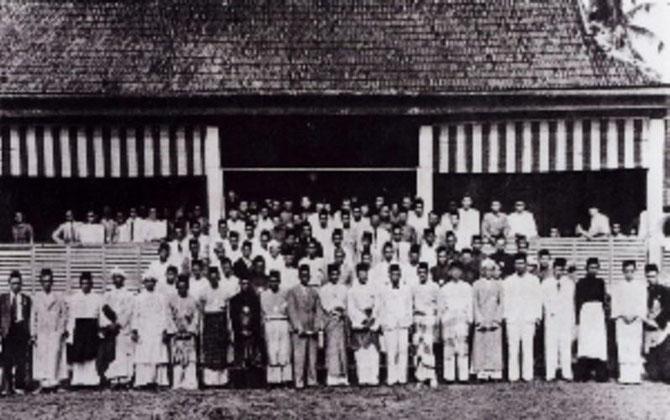 Mars 1946. KAMPUNG BARU, KUALA LUMPUR. SULTAN SULEIMAN CLUB (fondé en 1909)  CONGRES NATIONAL  où 41 ORGANISATIONS SE FEDERENT POUR CREER L'UMNO.