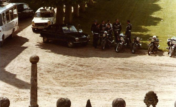 Outre les barbouzes planqués dans chaque bosquet, on voit motards, gendarmes, policiers en tenue des grands jours.