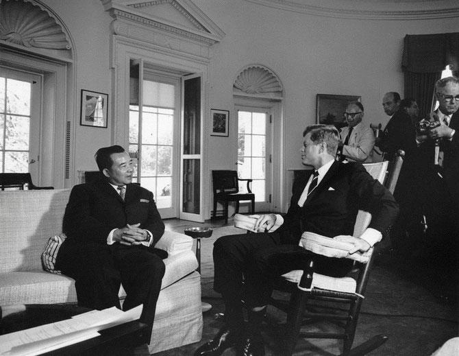 WASHINGTON 27 JUILLET 1962. LE PRINCE PREMIER MINISTRE SOUVANNA PHOUMA ET KENNEDY. C* ABBIE ROWE (1905-1967).