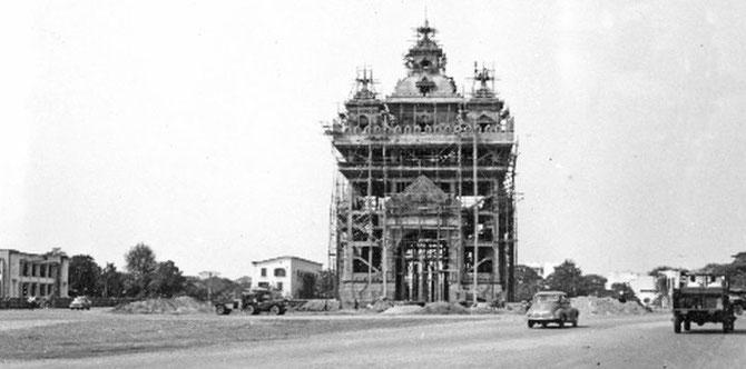 """1958. VIENTIANE. DEBUT DE LA CONSTRUCTION DE """" L'ARC DE TRIOMPHE"""", LE PATUXAI, AVEC DU BETON AMERICAIN DESTINE à LA CONSTRUCTION D'UN AEROPORT. 7 ETAGES, VUE à 360 DEGRES."""