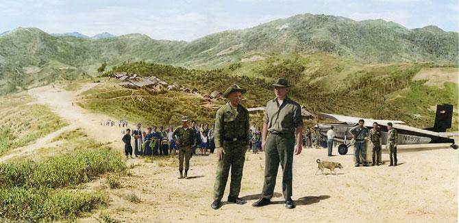 1966.  Site LS 367  Bill LAIR vient de descendre de son Porter STOL et rencontre VANG PAO pour décider du site LS 85 à Phou--Pha-Thi. Au fond on distingue un village Hmong.