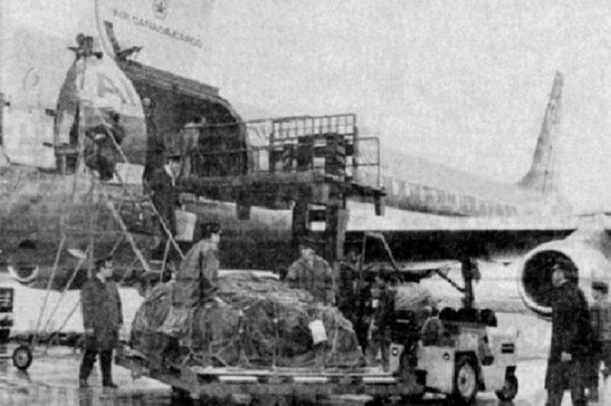 DIMANCHE 16 MAI 1971 à 16h12 . ARRIVEE DU DC8  AIR CANADA EN PROVENANCE DE VANCOUVER AVEC LES PREMIERES TONNES D'HUÎTRES JAPONAISES PRELEVEES à PENDREL SOUND PAR WESS PARRY de LA MAISON SURSUDE SCHELL.