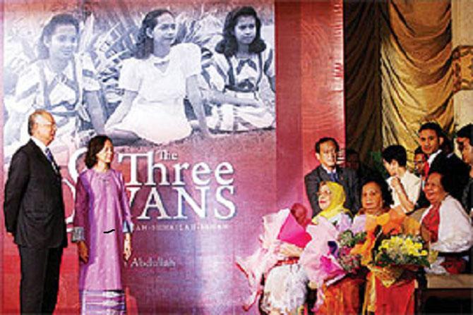 """MAI 2010. """"THE THREE SWANS"""" présenté par NAJIB RAZAK et le Professeur Dr. FAWZIA ABDULLAH,"""