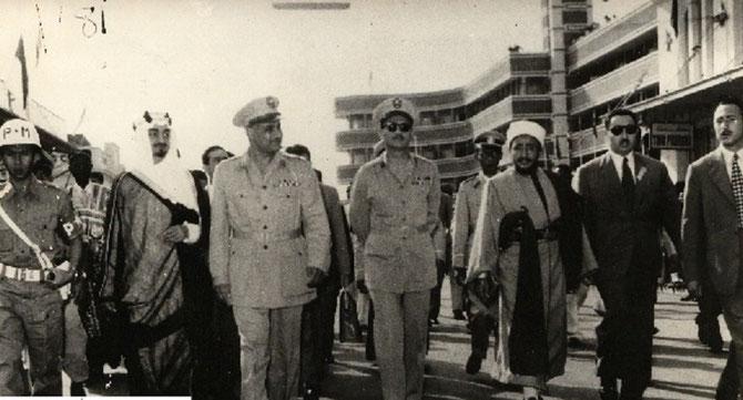 JAVA -Bandoeng 18 Avril 1955. g. à dte. PRINCE FAISAL D'ARABIE 1906+1975 Ministre des A.E. , GAMAL ABDEL NASSER 1918+1970, Premier Ministre d'EGYPTE,  EMIR SEIF EL ISLAM AL-HASSAN du YEMEN 1908-2003,  CHEIKH MAHMOUD AL MONTASSA de LYBIE 1903+1970.
