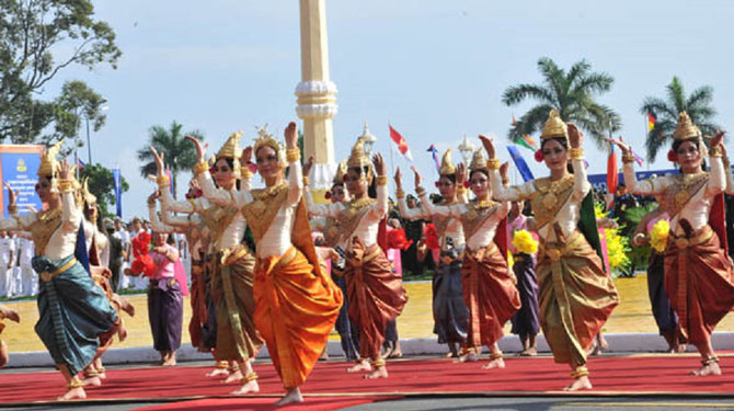 29 Oct.2014. Xe ANNIVERSAIRE COURONNEMENT DE S.M. NORODOM SIHAMONI. Danse des Offrandes