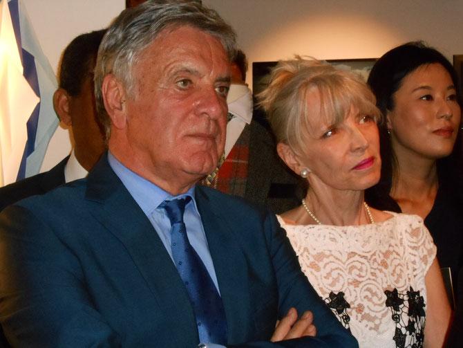"""QUAND JEAN-CLAUDE """"CAUSE"""" TOUTES LES DAMES SONT SUBJUGUEES, BLONDES OU BRUNES. Au premier plan, MR. JEAN ROATTA, ADJOINT AU MAIRE, DELEGUE à LA COOPERATION EURO-MEDITERRANEENNE, Mme J. GRAINDORGE-ZABALA, ÂME DE LA M.A.M.A  DEPUIS I/4 DE SIECLE."""