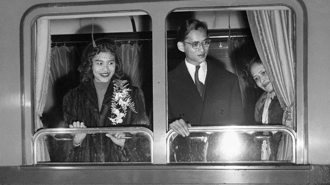 Novembre 1951 .LE ROI,LA REINE et la REINE MERE quittent définitivement la  Suisse et rentrent à Bangkok