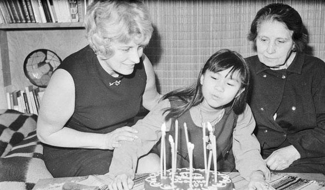 FEVRIER 1970. HANI SOUFFLE SES 10 BOUGIES AVEC BLAGA ET SA MAMAN