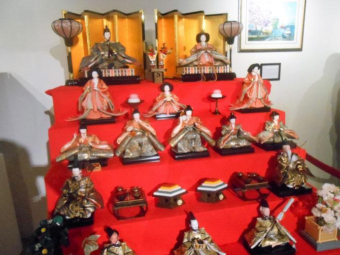 """JAPON . AUTEL DE POUPEES HINA. Ces poupées sont exposées le 3 mars dans chaque maison  pour célébrer """"HINA MATSURI"""" la Fête des petites filles."""