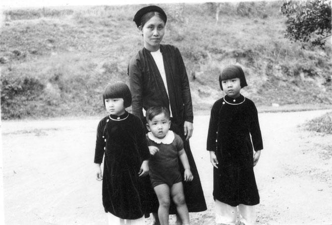 MOI AVEC MA NOURRICE ENTRE MES  DEUX SOEURS . Circa 1939-1940.