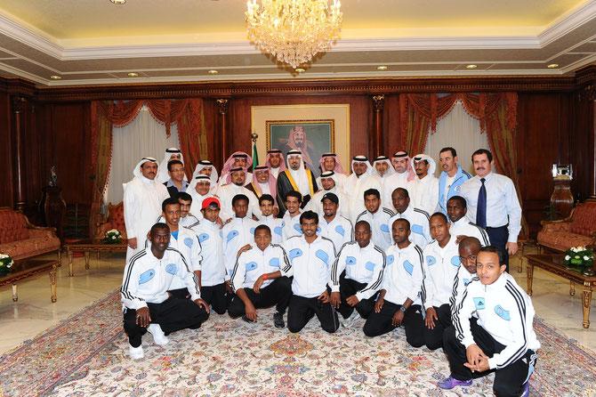 Le Prince Mishaal, gouverneur de Najran reçoit l'équipe du Al-Okhdood Club et son Pt. Saleh Kirhan