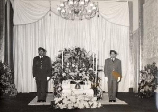 SEPT. 1956. GRAND SALON DE LA RESIDENCE DE L'AMBASSADE ROYALE DU CAMBODGE  11 AV. FLOQUET PARIS.  CHAPELLE ARDENTE POUR LA DEPOUILLE DU PRINCE
