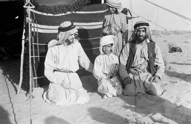 C* Sir W. THESIGER. Oxford University. Photo entre les 6-30 Avril 1948. Dr. Dick BIRD,  Sheikh TAHNOON bin Mohammed, Sheikh ZAYED. Debout, Sheikh MUBARAK bin Mohammed.  Desert Al Katam, Jebel Hafit.
