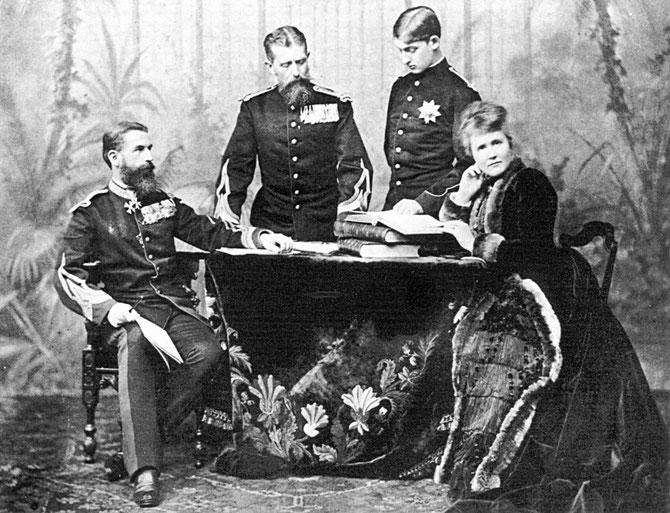 g. à dte : ROI CAROL I, SON FRERE  Pce LEOPOLD de HOHENZOLLERN-SIGMARINGEN avec son FILS FERDINAND PRINCE HERITIER EN 1889, REINE ELISABETH née PRINCESSE DE WIED, ECRIVAIN SOUS LE NOM DE CARMEN SYLVA. LE COUPLE ROYAL N'A EU QU'UNE FILLE MORT-NEE.