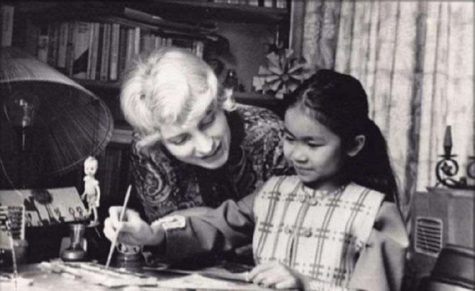 1969. BLAGA DIMITROVA et SA FILLE ADOPTIVE HANI DU VIETNAM