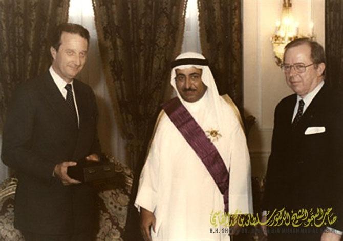 1985. S. A. LE PRINCE ALBERT DE LIEGE, FUTUR ROI DES BELGES, REMET à S.A. LE SHEIKH DR. SULTAN  L'ORDRE DU MERITE DE BELGIQUE.