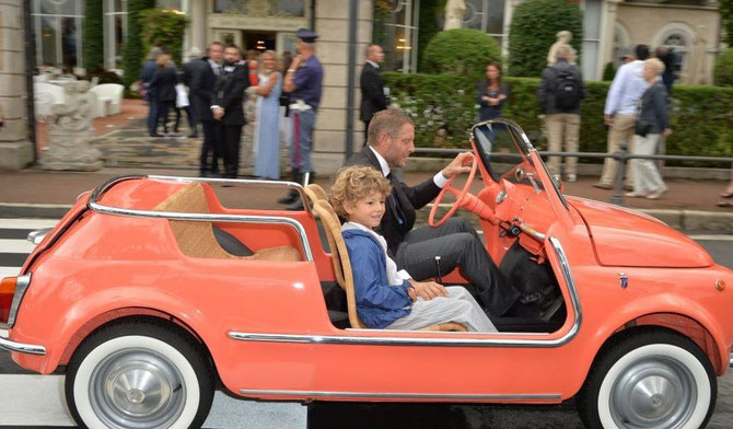Lapo Elkann et sa Fiat 500 décapotable. A ses côtés un des 3 enfants de sa soeur Ginevra Comtesse d'ell Aquila d'Aragona.