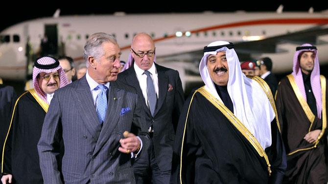 17 Fév. 2014.  Le Pce CHARLES d'ANGLETERRE accueili par le Pce MUTAIB bin ABDULLAH. A l'arrière plan, le Pce MUHAMMAD bin NAWAF, Ambassadeur au Royaume-Uni et Sir John JENKINS, Ambassadeur en A.S.
