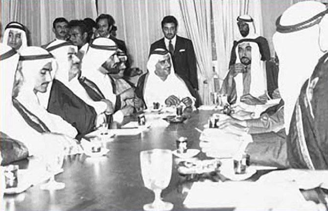 2 DECEMBRE 1971. L'EMIR KHALID EST PARMI LES SIGNATAIRES DE LA FEDERATION DES EAU.
