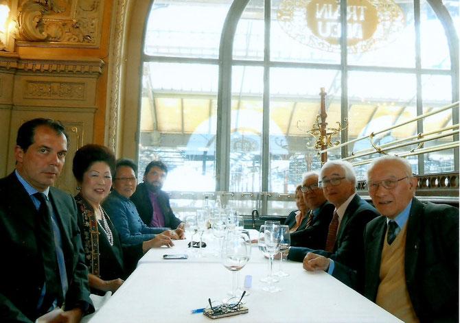A g.  PCE CHARLES-EMMANUEL DE BOURBON DE PARME, MAGUY TRAN, PCESSE OUANNA SOUVANNA PHOUMA, PHILIPPE DELORME. A dte. PCE MANGKRA SOUVANNA PHOUMA, PCE PATRICK BUU HOI, PCE GUY-GEORGES BAO NGOC-VINH SAN, PCESSE MONIQUE BAO NGOC-VINH SAN.