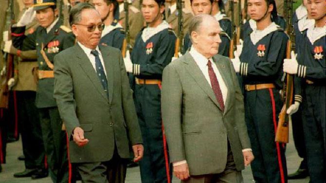 Le Président  LÊ DUC ANH et le Président François MITTERRAND passent en revue les troupes.