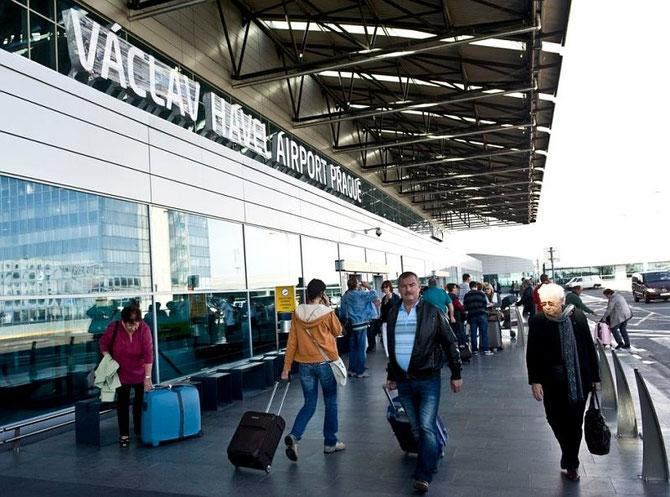 AEROPORT VACLAV HAVEL (ex Prague-Ruzyni) inauguré le 5 0ctobre 2012 pour le 76è anniversaire de la naissance de VACLAV. A l'initiative du cinéaste Fero FENIC.      Etait présent le Prince Karl VII de SCHWARZENBERG mais NI Président NI Premier Ministre.
